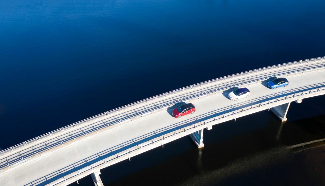 <b>OVER BROEN: </b>Tre blad Nissan Leaf på vei over Eikeren ved Vestfossen – med gode 40 mil igjen til Bergen.