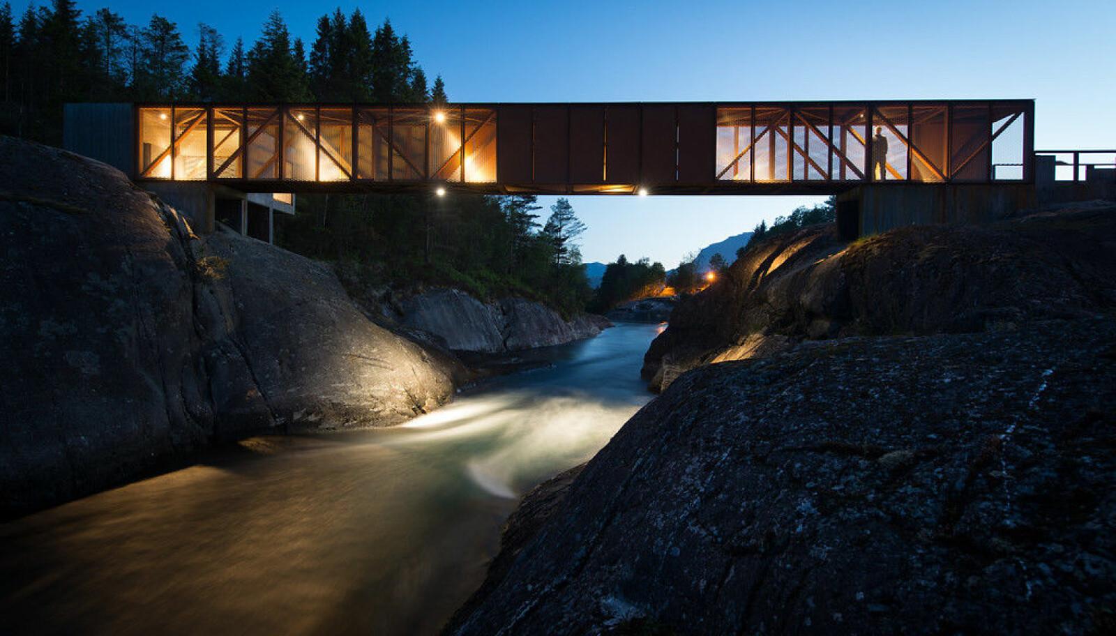 <b>HØSE BRU:</b> Du kan krysse broen over Suldalslågen ved Sand i Suldal.