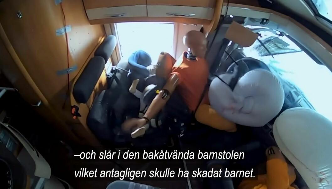 DRAMATISK: Under kollisjonen blir føreren kastet bakover og treffer barnet bakenfor med stor kraft.