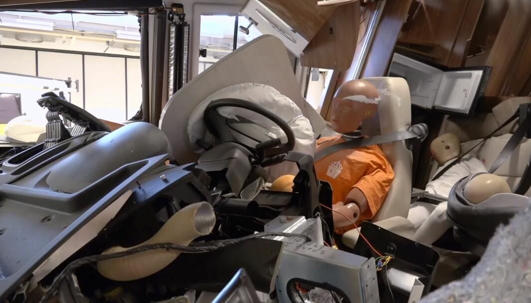 BRUTALT: Det går voldsomt for seg inne i kabinen når bobilen kolliderer i 64 km/t.