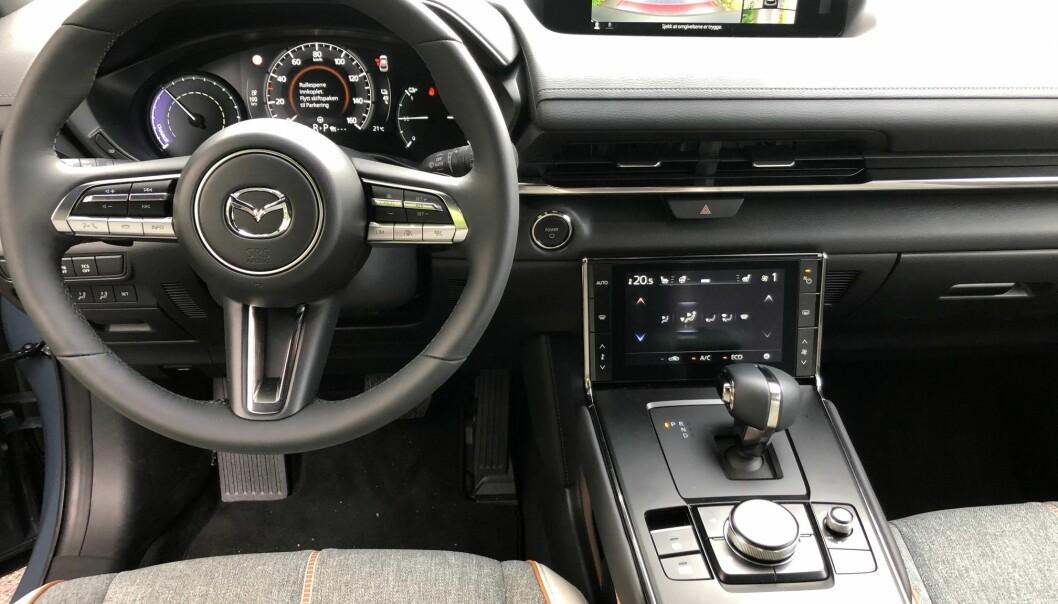 <b>KVALITET</b>: Form og funksjon er som i de øvrige av dagens Mazdaer, men midtkonsollen, den nedre skjermen og girspaken føles ny. Høy kvalitetsfølelse.