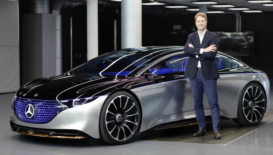 <b>DEN NESTE:</b> Mercedes-sjef Ola Källenius foran EQS.