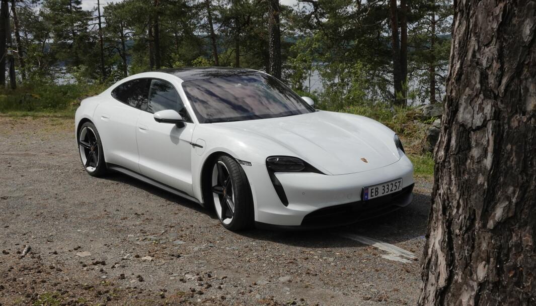 """<span class="""" font-weight-bold"""" data-lab-font_weight_desktop=""""font-weight-bold"""">SAMME FORM: </span>Det er enkelt å se likhetstrekkene mellom Audi GT og Porsche Taycan. Karosseriformen er identisk, bare lyktedesignet og små deltaljer skiller."""
