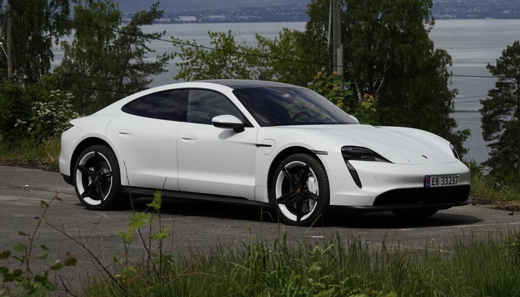 """<span class="""" font-weight-bold"""" data-lab-font_weight_desktop=""""font-weight-bold"""">MILLIONBIL:</span> «Skal si folk har mye penger» hører vi stadig oftere rundt oss i dag. Ikke så rart, når biler som Porsche Taycan er blitt et vanlig syn på veien."""