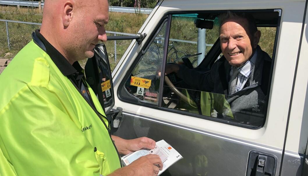 <b>VETERAN:</b> Alt var i orden hos bobilsjåfør Torleif Jørgen Andersen (94), konstaterer kontrolleder Bjørn Uno Rogneby.
