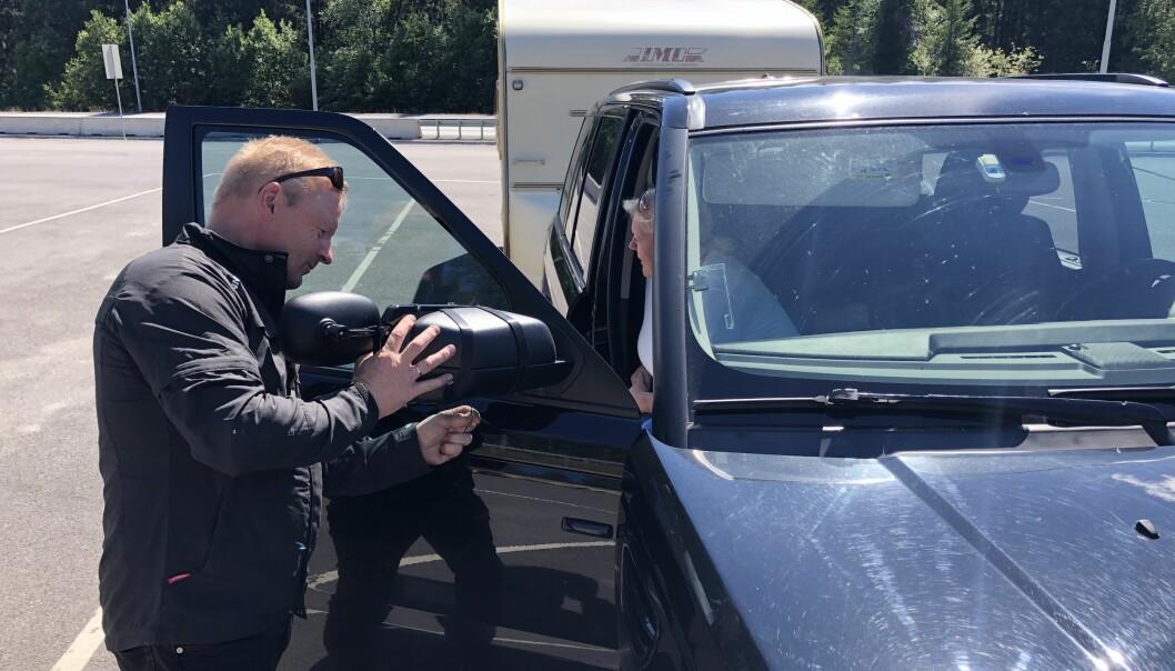 <b>MONTERING: </b>For Rune Wilberg ble det innkjøp og montering av nye speil. Kona ventet tålmodig.