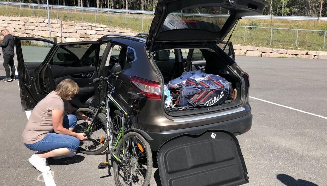 <b>OMPAKKING: </b>Anne-Brit Hansen fra Oslo må pakke om og få plass til sykkelen i kupeen, før hun kan fortsette ferieturen med sykkelen.