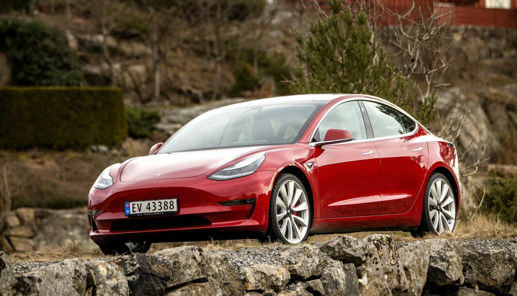 """<span class="""" font-weight-bold"""" data-lab-font_weight_desktop=""""font-weight-bold"""">STÅL: </span>Tesla Model 3 er stålbasert, og får derfor en rustbehandling. Model S og X har i stor grad aluminiumskarosseri."""