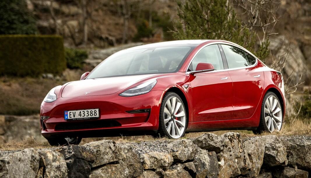 PRISES NED: Tesla Model 3 blir opptil 40.000 billigere. Model S går ned med 28.000 kroner, .