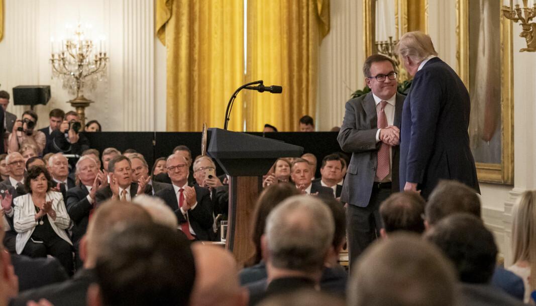<b>TAKK SKAL DU HA! </b>EPA-sjef Andrew Wheeler gratulereres av president Donald Trump under et arrangement i Det hvite hus i juli 2019.
