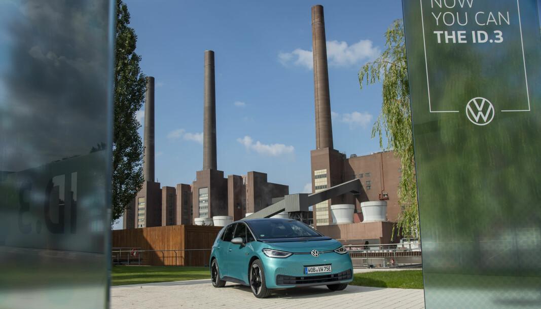 RETT FRA FABRIKKEN: Nye VW ID.3 foran VW-hovedkvarteret i Wolfsburg.
