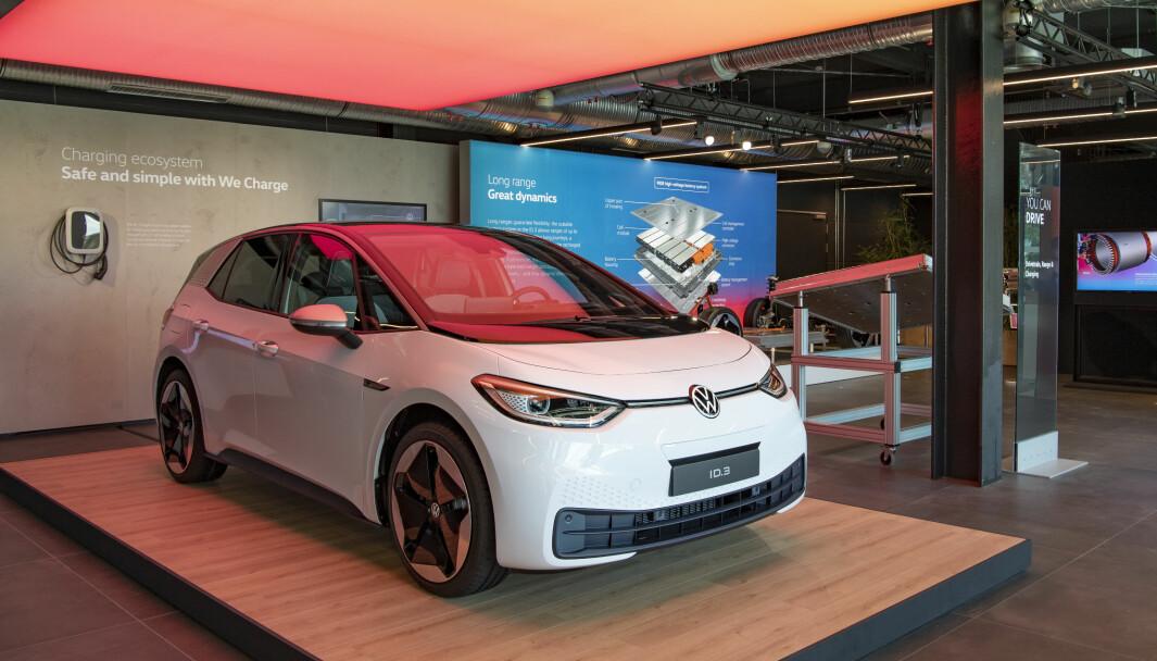 LITE SALGSIVRIGE: En undersøkelse viser at de fleste selgerne i tyske bilforretninger anbefaler bensin- eller dieseldrevet Golf fremfor elbilen ID.3.