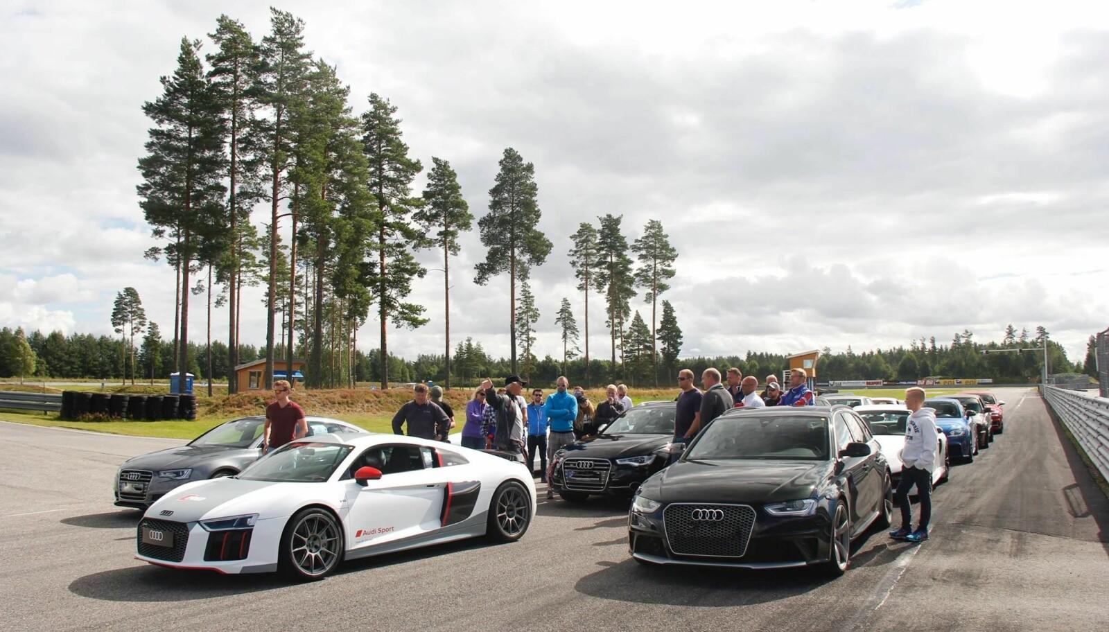 <b>KLUBBMØTE:</b> Samling i Audi Club Norway, som er foreningen for alle Audi-eiere og arrangerer treff med motorsport i fokus. Her på Vålerbanen i Braskereidfoss.