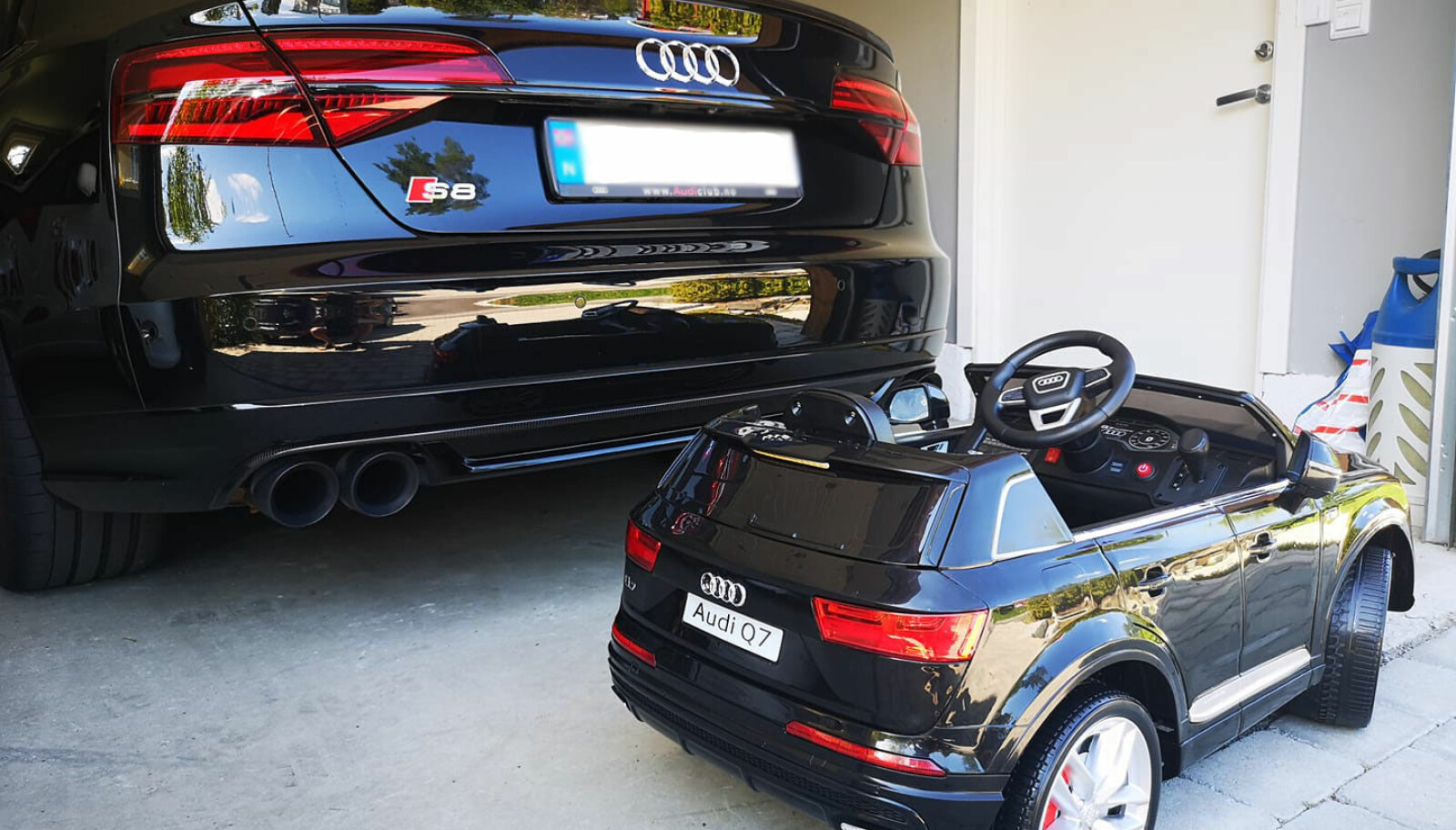 <b>TIDLIG KRØKES:</b> Lars Hjelset har gitt barnebarnet Storm en gave for forsiktig å antyde hva slags bil som gjelder.