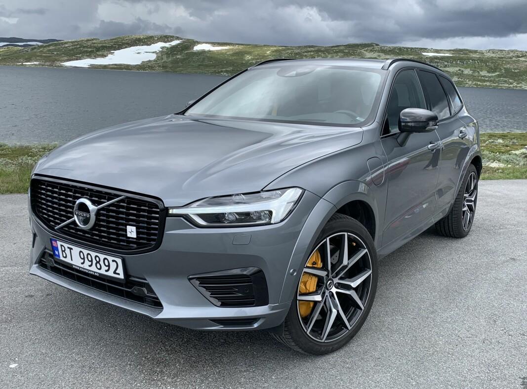LYSER OPP: Selv for den som ikke legger merke til den diskrete Polestar-logoen i grillen, er det vanskelig ikke å legge merke til de gule/gullfargede bremsekaliperne som sladrer om at dette er høyytelsesversjonen av Volvos familie-SUV XC60.