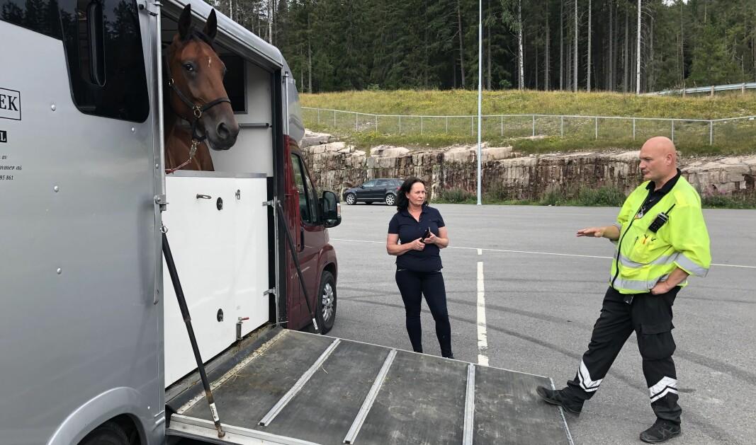 EN HEST FOR MYE: Tone Britt Madsen ble stanset med en hest i overvekt. Kontrolleder Bjørn Uno Rogneby forklarer reglene.