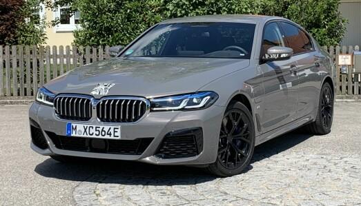 <b>BMW 545E XDRIVE.</b> Ladehybrid. Drivlinje: 6 sylindret 3,0-liters bensin turbo + elmotor. Effekt: 392 hk.