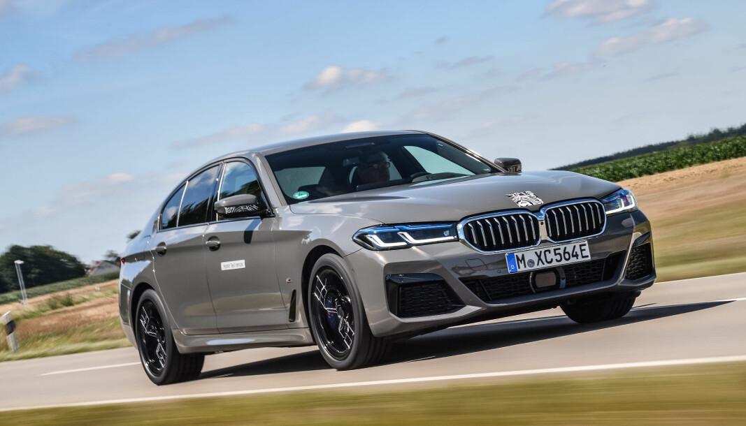 HYBRID-RÅSKINN: Her får Motors utsendte, som en av de aller første, kjøre nye 545e.