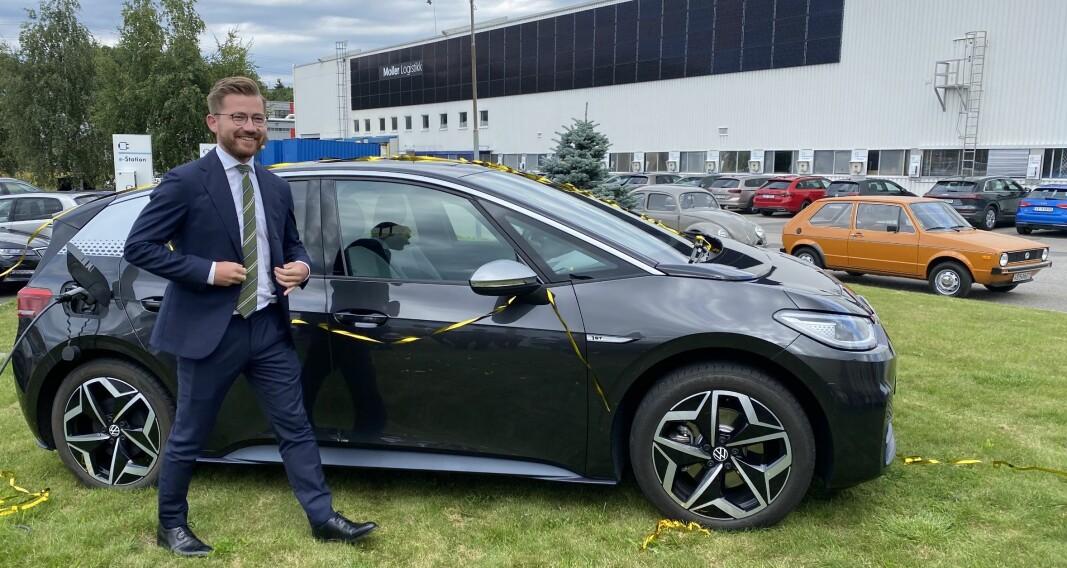 <b>RYGGEN MOT VEGGEN:</b> Sveinung Rotevatn med Møller-byggets store solcellevegg i bakgrunnen. Og mellom dem tre VW-ikoner: Bobla, Golf og nye ID.3.