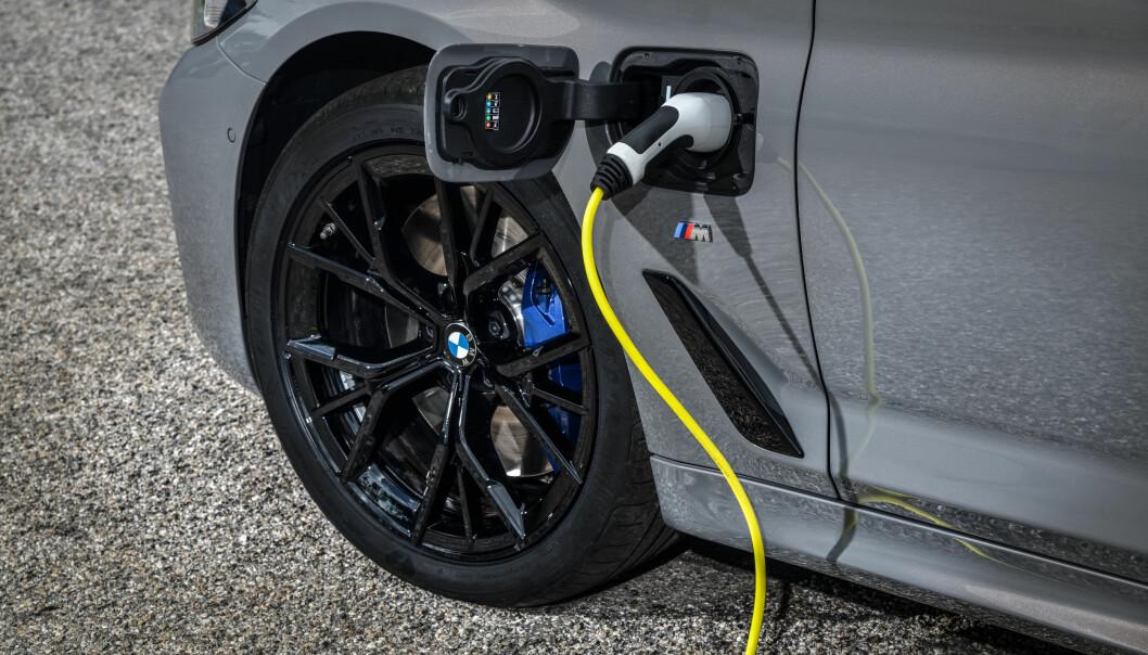 MULIG BRANNFARE: Siden i sommer er kunder både hos BMW og Ford blitt bedt om å droppe lading. Brannfare-krisen trekker i langdrag.
