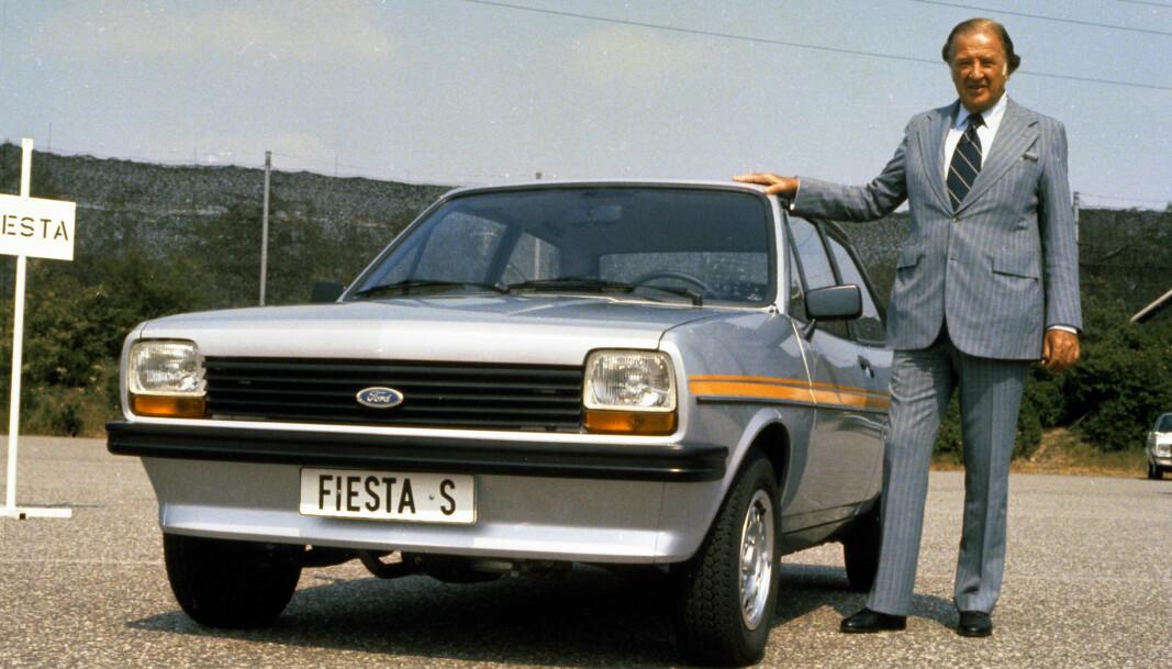 <b>LEGENDE:</b> Ford Fiesta av første generasjon flankert av Henry Ford av tredje generasjon. Sønnesønnen til grunnleggeren var administrerende direktør og styreformann i Ford i en årrekke.