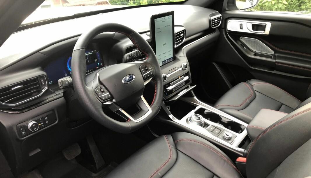 """<span class="""" font-weight-bold"""" data-lab-font_weight_desktop=""""font-weight-bold"""">LITT BILLIG: </span>Førermiljøet kunne vært hentet ut av en Focus til langt under halve prisen – og her ser man hvor Ford har spart litt penger. Infotainmentskjermen som er satt på høykant, blir også litt puslete i den store bilen."""