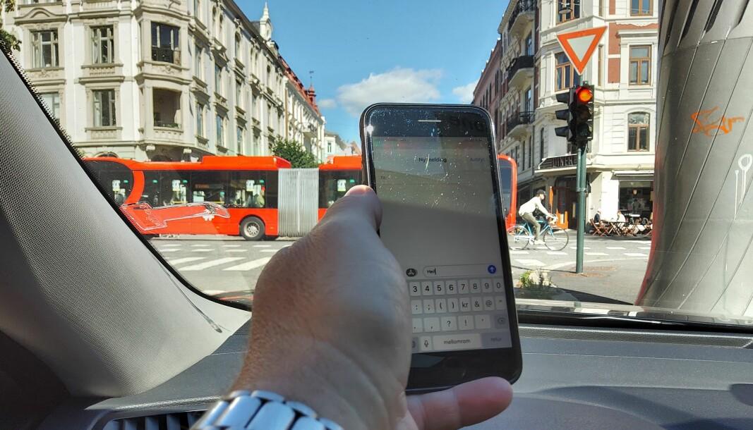 <b>TATT, MEN FRIKJENT: </b>Her i Bygdøy Allé i Oslo ble en mann tatt av politiet for akkurat dette: Bruke mobiltelefon mens han ventet på rødt lys.