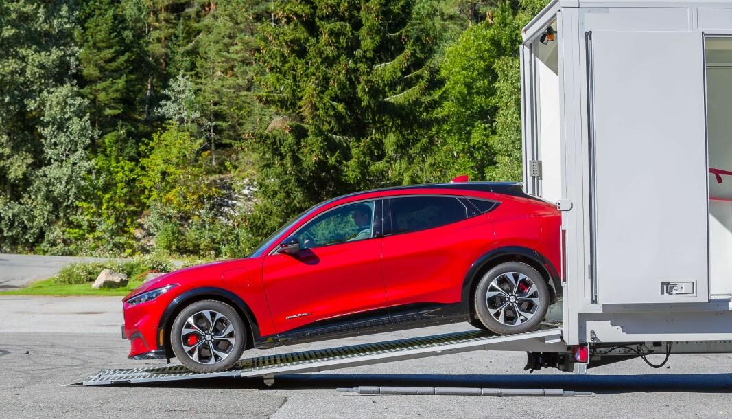 <b>TITT-TEI!</b> Her ruller Ford Mustang Mach-e ned på norsk jord for testkjøring.