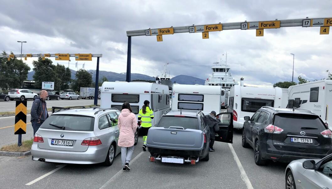 SLIK GJØRES DET: På ferjeleiene registrerer ferjemannskapene (her i gul uniform) kjøretøyene. Dette bildet er fra Tjøtta ferjeleie på Helgeland.