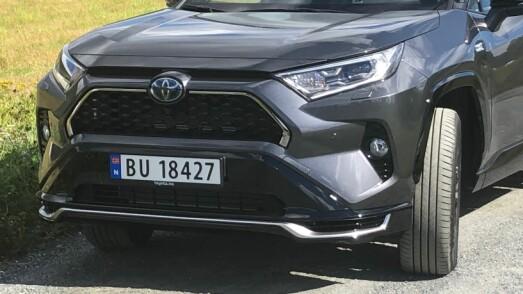 <b>RAV4:</b> Slik ser Toyotas bestselger ut forfra. Den tredelte grillen og de markerte lyktene gir et litt sinna oppsyn.
