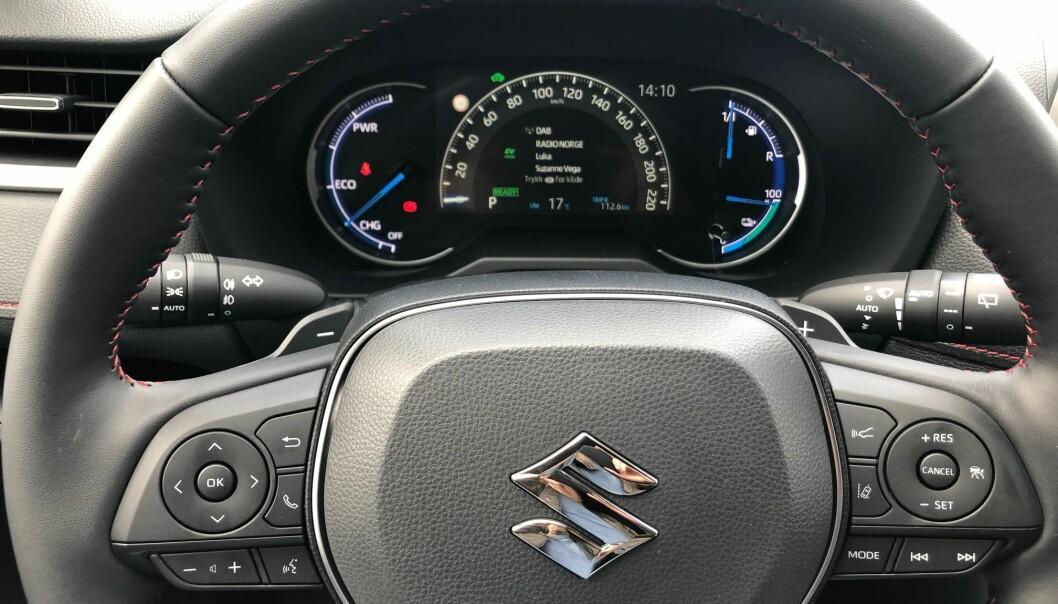 <b>ANDRE INSTRUMENTER</b>: Spesielt interesserte vil se at instrumenteringen i Suzuki er en litt annen enn i RAV4. Og emblemet på rattet er definitivt et annet.