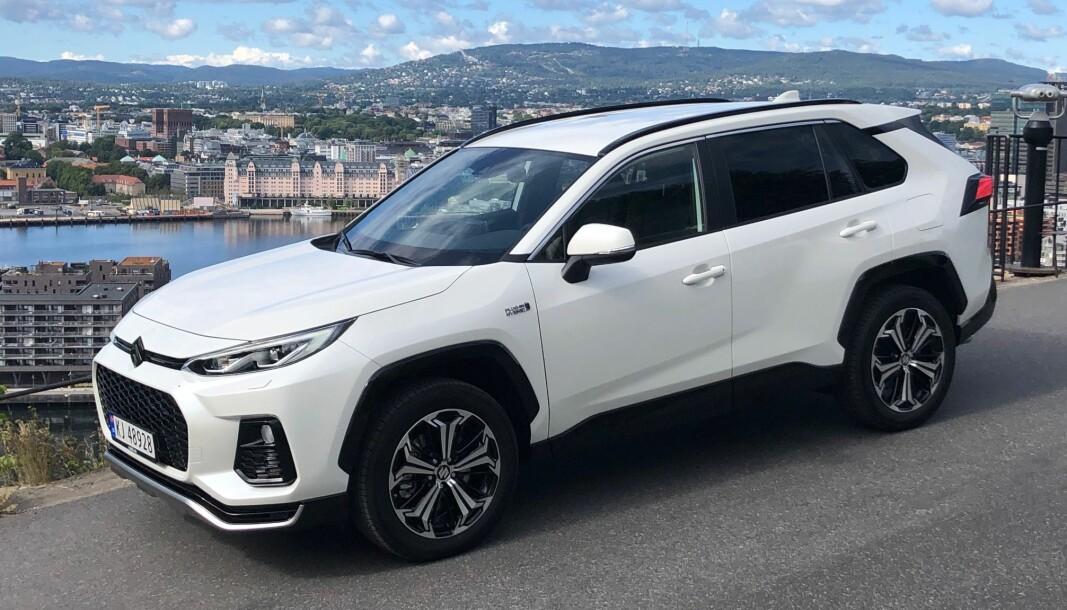 SVEVER HØYT: Suzuki er glade for å ha fått en stor firehjulsdrevet ladehybrid i modellutvalget.