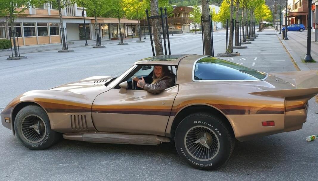 <b>NORGES VAKRESTE?</b> Jan Roger Solemsløkk i Lærdal sentrum med sin Corvette med sidepipes.