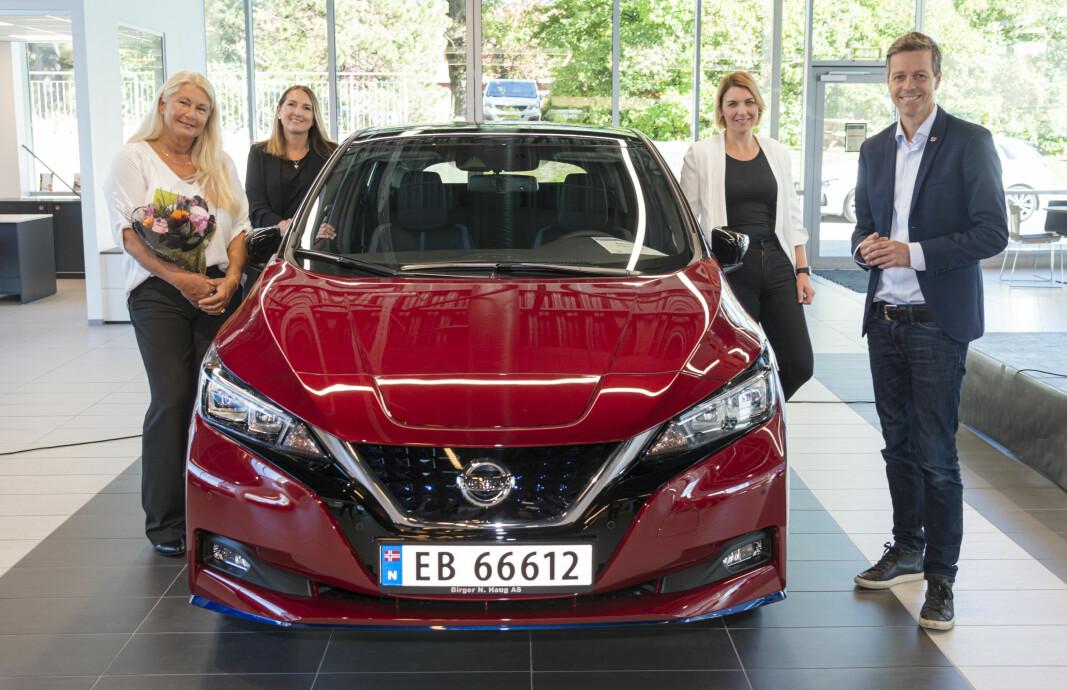 <b>LEAF NUMMER 500.000: </b>Kunden med sin nye bil og representantene for Nissan, elbilforeningen og regjeringen.