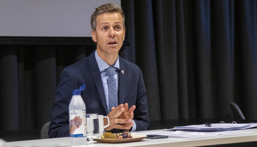 GRENSESETTING: Knut Arild Hareide er usikker på om fylkesmyndighetene bør sette fartsgrensene.