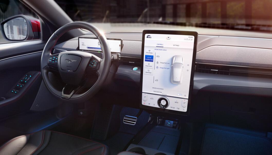 <b>I BILEN:</b> ...og slik tar det seg ut på dashbordet. (Legg merke til at bilen også har et digitalt instrumentpanel).