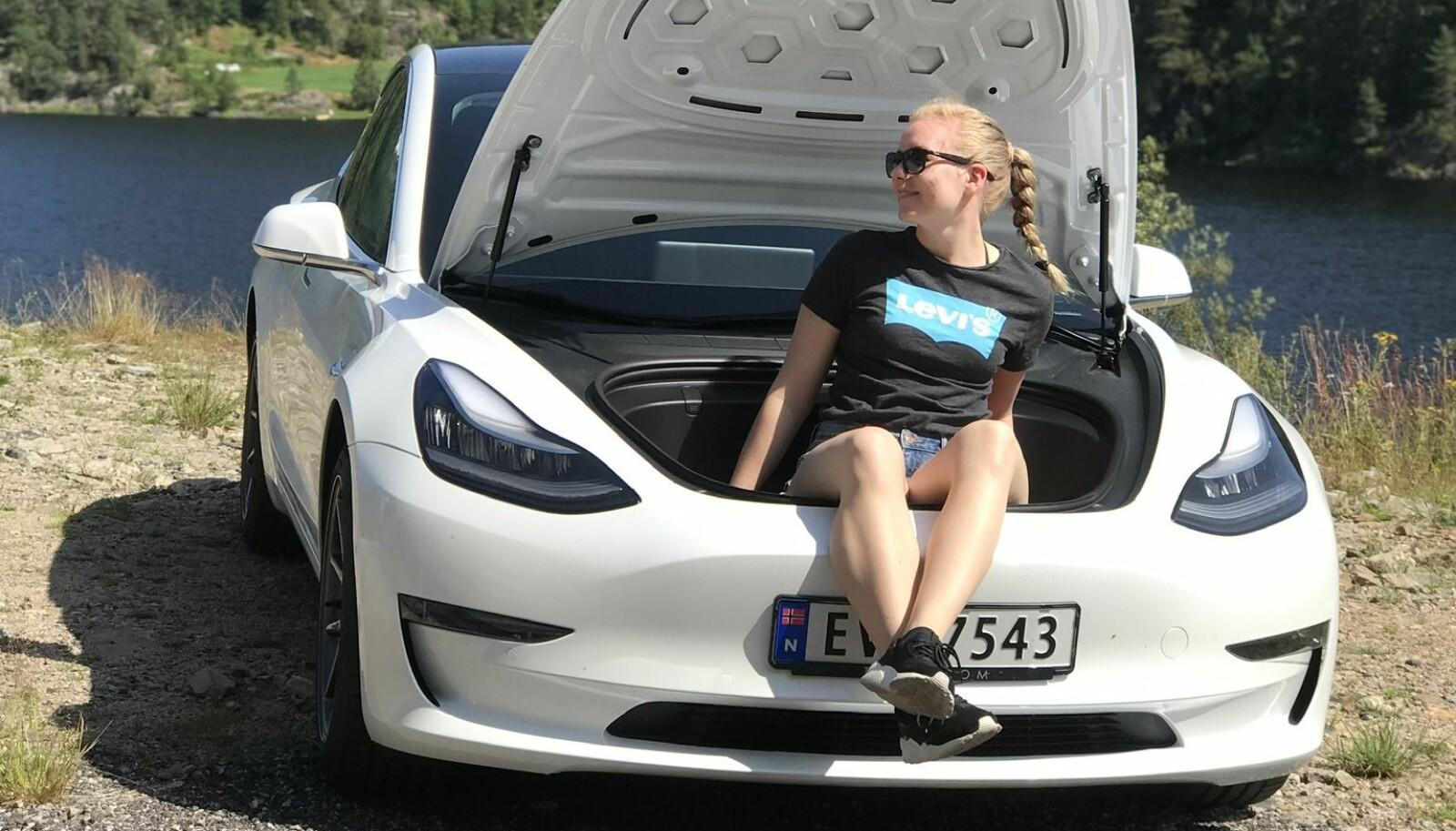 <b>FRA NATT TIL DAG:</b> Ida Moen i frunken på sin Model 3.
