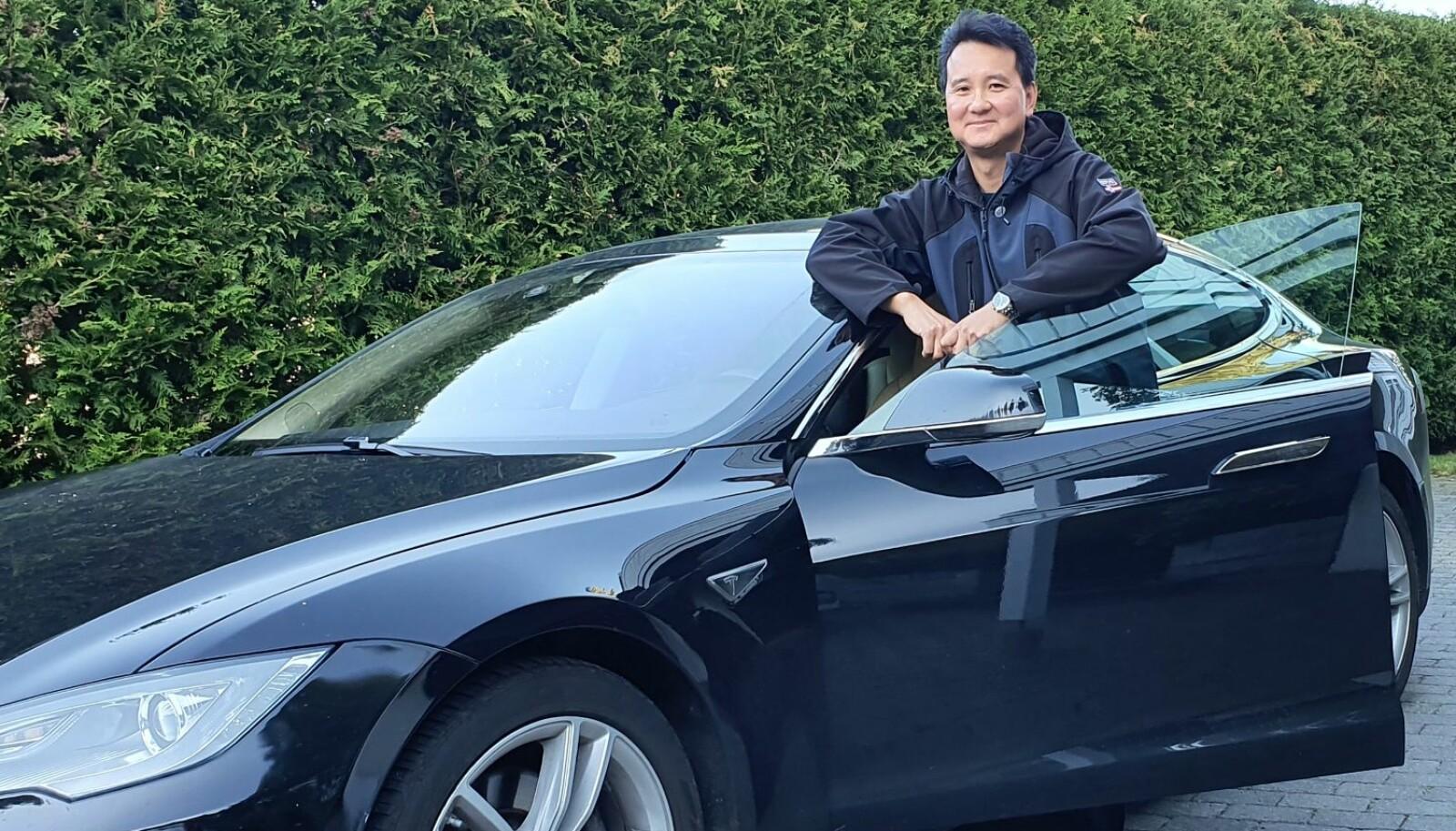 <b>EN FET BIL:</b> Ikke alle velger Tesla for å redde verden, tror Khai Nguyen. Men for hans egen del var utslippsfritt avgjørende.