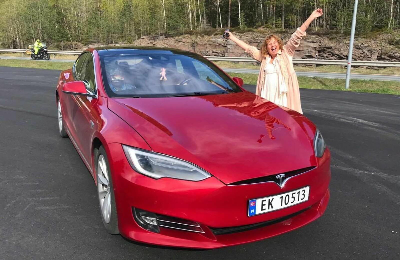 <b>HYGGELIGE SVAR:</b> I Facebook-gruppen Tesladamene blir alle spørsmål besvart på en god og hyggelig måte, lover Vigdis Margrethe Løver.
