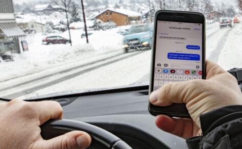 Mobiltitting ved rødt lys og i stillestående kø er ulovlig