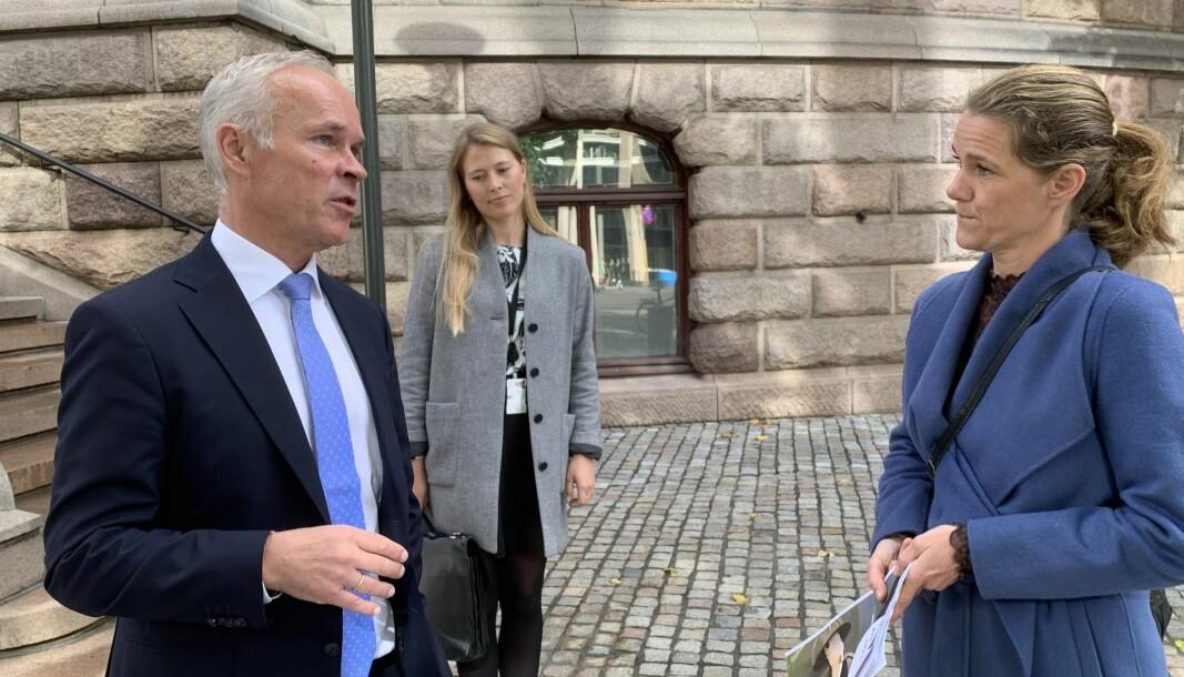 <b>BILAVGIFTER:</b> Finansminister Jan Tore Sanner i samtale med NAFs kommunikasjonssjef Camilla Ryste.