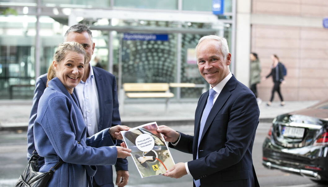 <b>OVERLEVERTE RAPPORT:</b> Jan Tore Sanner tar imot rapporten om fare for dyrere biler fra Camilla Ryste i NAF .