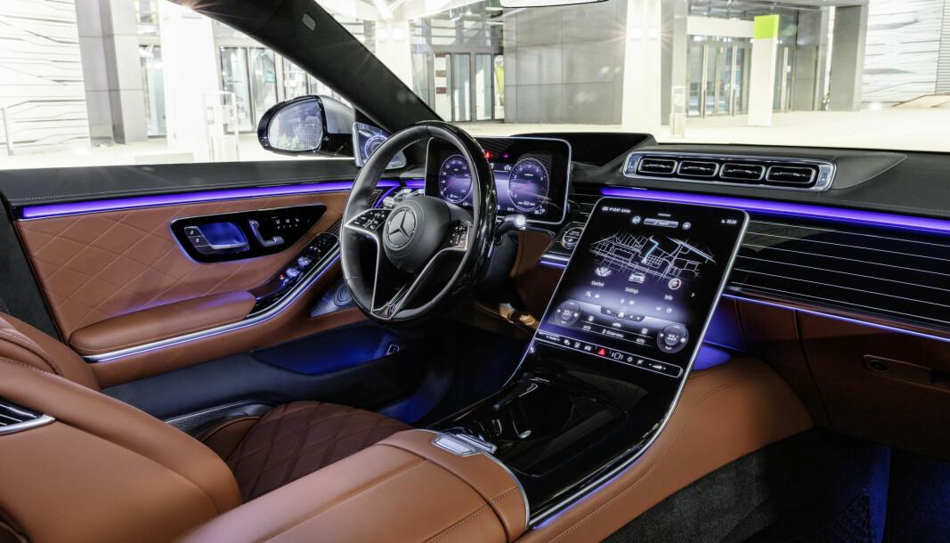 """<span class="""" font-weight-bold"""" data-lab-font_weight_desktop=""""font-weight-bold"""">DET MEST AVANSERTE:</span> Nye Mercedes S-klasse tar mål av seg til å være en bilteknologisk ledestjerne."""