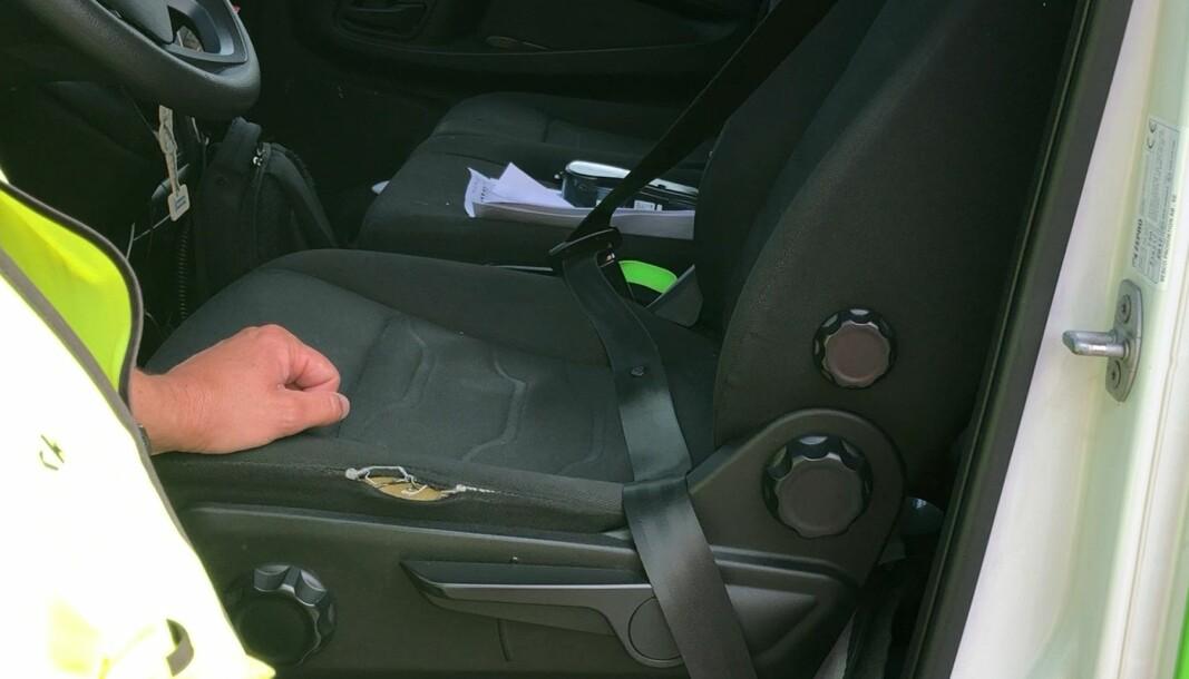 <b>ADVARER: </b>Yrkessjåførene setter seg rett og slett på beltet som skal være rundt hofta.