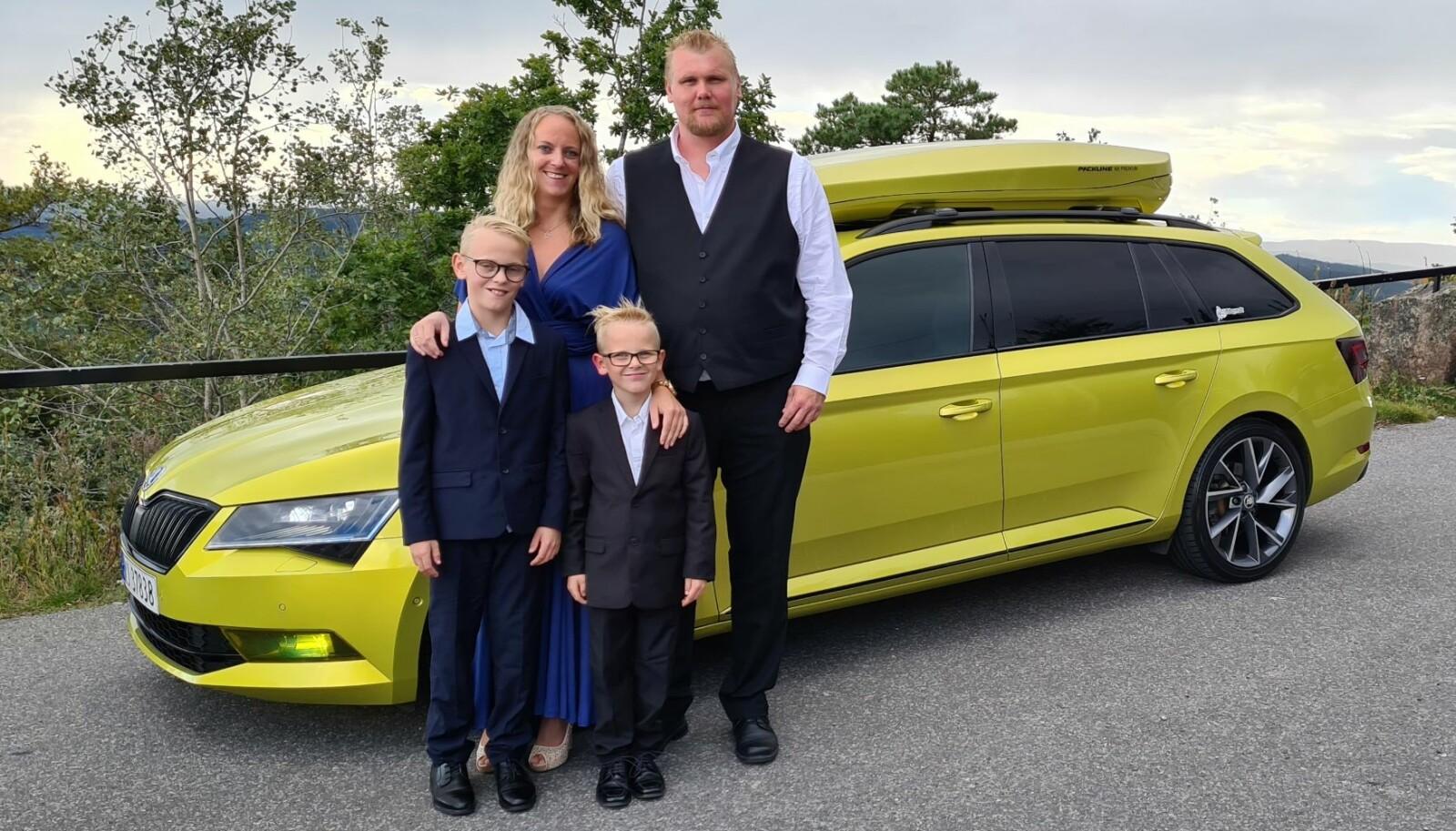 <b>VI ER FEM: </b>Hva kjører mannen (og familien hans) som er blant ildsjelene i Skoda Klubb Norge på Facebook? Nicco Halstvedt, kona Therese og guttene Jacob og Sander går for gul(l) når det gjelder familiejuvelen Skoda Superb.