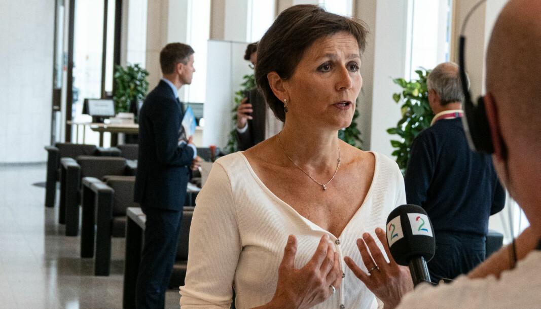 <b>ALLE SKAL MED: </b>Utvalgsleder Annegrete Bruvoll anbefaler Knut Arild Hareide (bak) å fjerne elbilfordelene i bomringene.