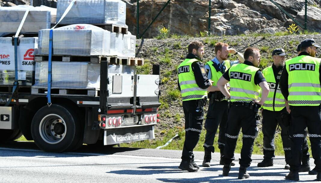 <b>I VEIBANEN: </b>Veiskulderen er så smal at deler av vogntoget måtte stå i veibanen. Her er politiet på åstedet etter dødsulykken.