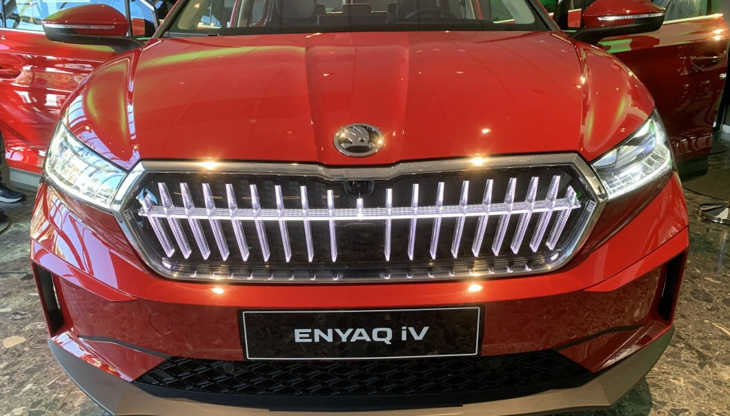 <b>LYS I GRILLEN: </b>Nye Skoda Enyaq med lys i grillen.