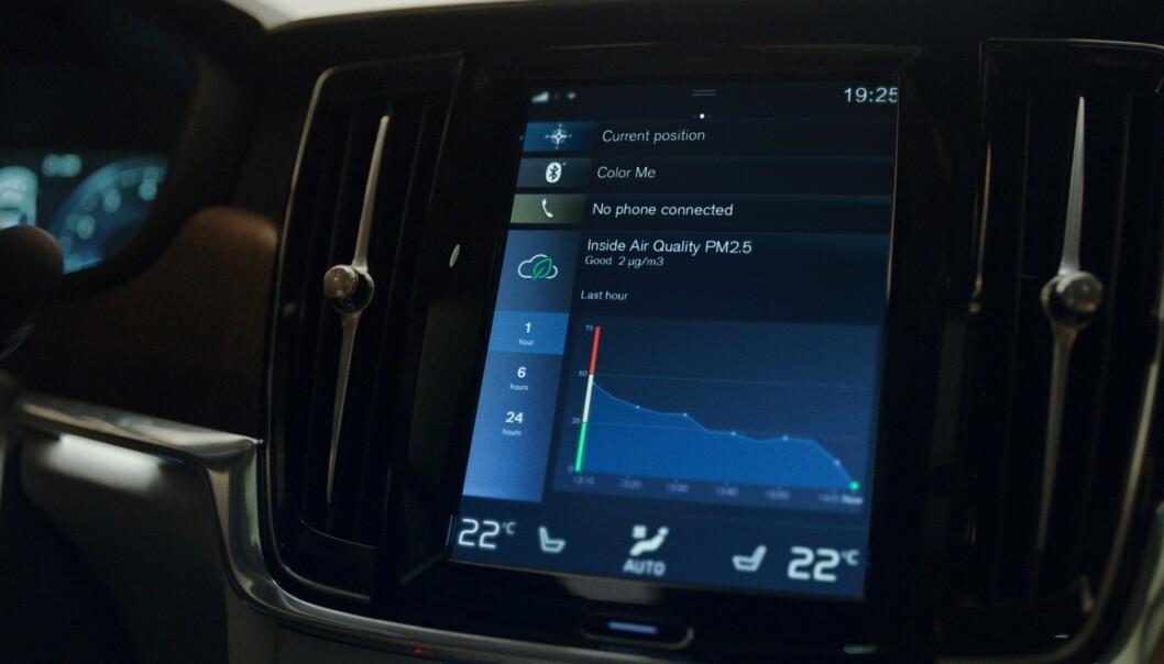 NYHET: Et menneske puster inn 10.000 liter luft hver dag. Nå varsler Volvo luftkvaliteten i bilen.