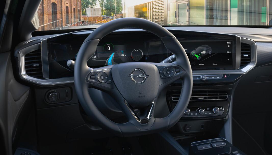 <b>«PURE PANEL»: </b>Dette er Opels designfilosofi innvendig. Et ganske stort panel med skjermer, men med enkel og lettforståelig symboler og grafikk.